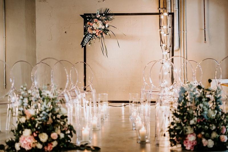 Trauungsbogen für eine Hochzeit mit schöner Blumendekoration und Lichterketten