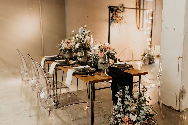 Hochzeitstisch mit schöner Dekoration