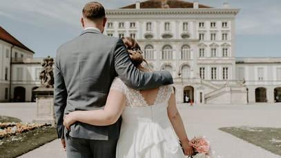 An euren Lieblingsspots haltet ihr für ein kurzes Fotoshooting. Zum Beispiel am Nymphenburger Schloss...