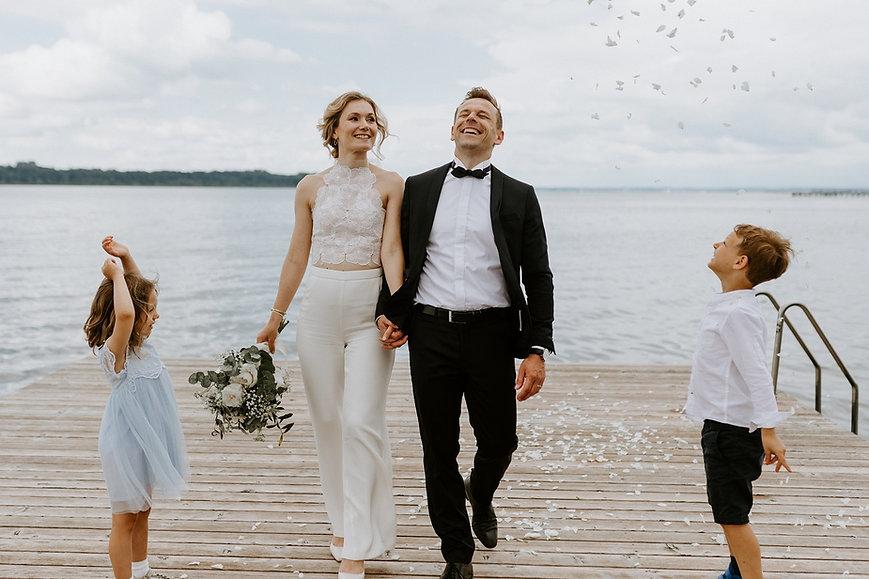 Frisch verheiratetes Ehepaar, dass sich sehr freut