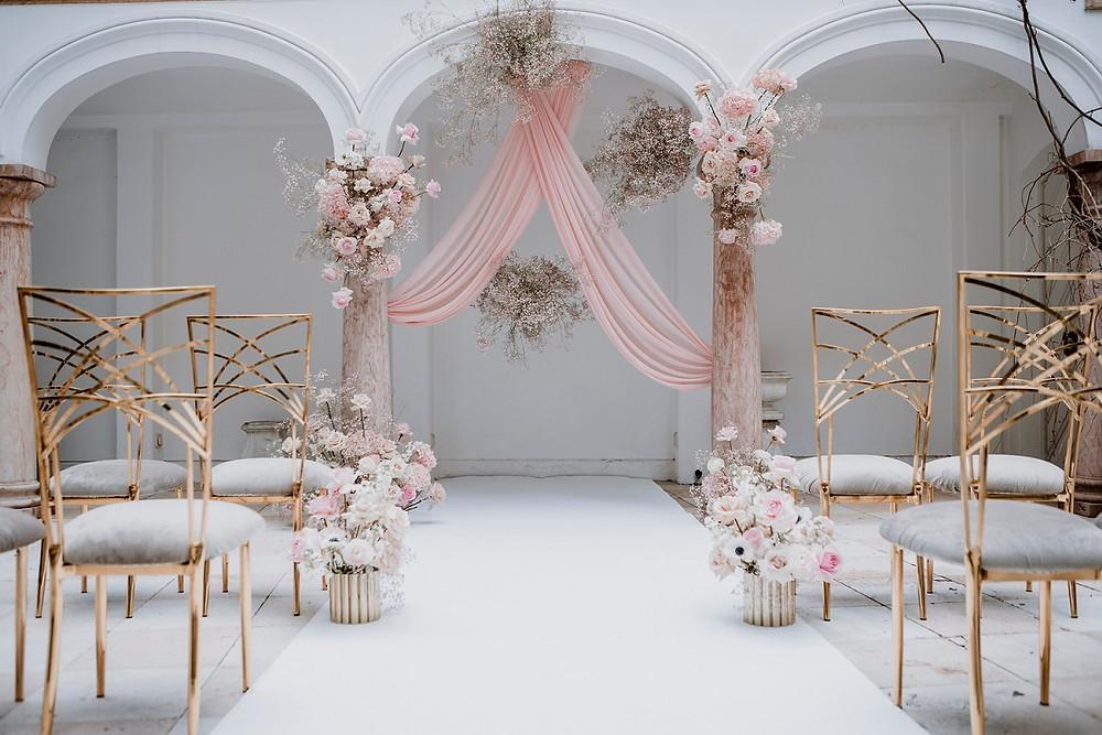 Wunderschöne Trauung einer Hochzeit in den Farben Rosa und beige