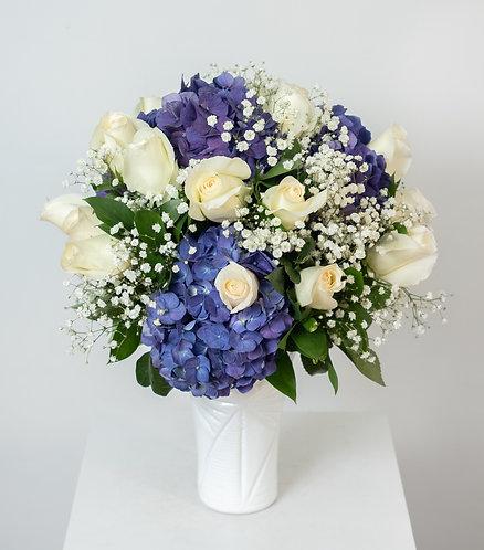 Florero blanco de Rosas con Hortensias