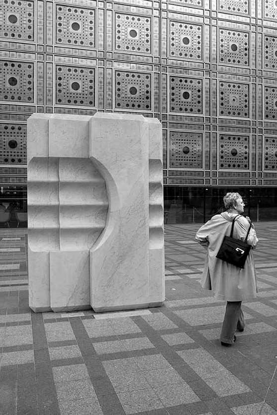 1. Sculpture de Mona Saudi et les moucharabiehs.