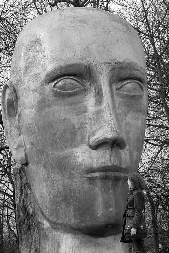 """4. Sculpture de Louis Derbre, """"La grande tête d'or""""."""