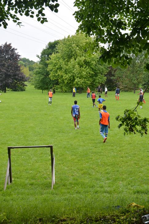 Match de foot dans le parc