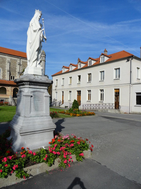 Statue de la Vierge qui accueille les visiteurs. A droite, les bureaux de la revue Spiritus (Revue d'expériences et recherches missionnaires).