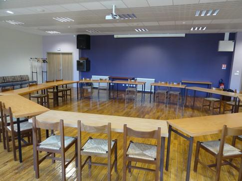 """La salle """"Asie"""", avec sonorisation et écran rétractable, séparée de la salle """"Afrique"""" par une cloison amovible. Les deux salles réunies ont une capacité d'environ 160 à 200 personnes."""