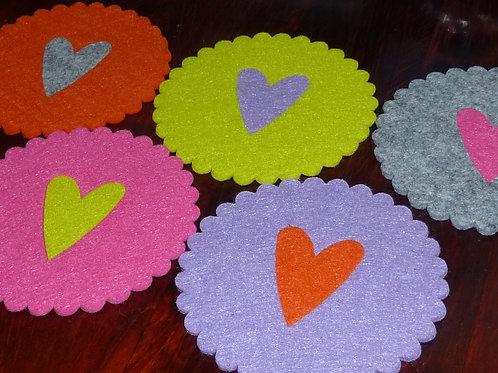 Filzuntersetzer rund gewellter Rand 11 cm mit Herz Farben wählbar
