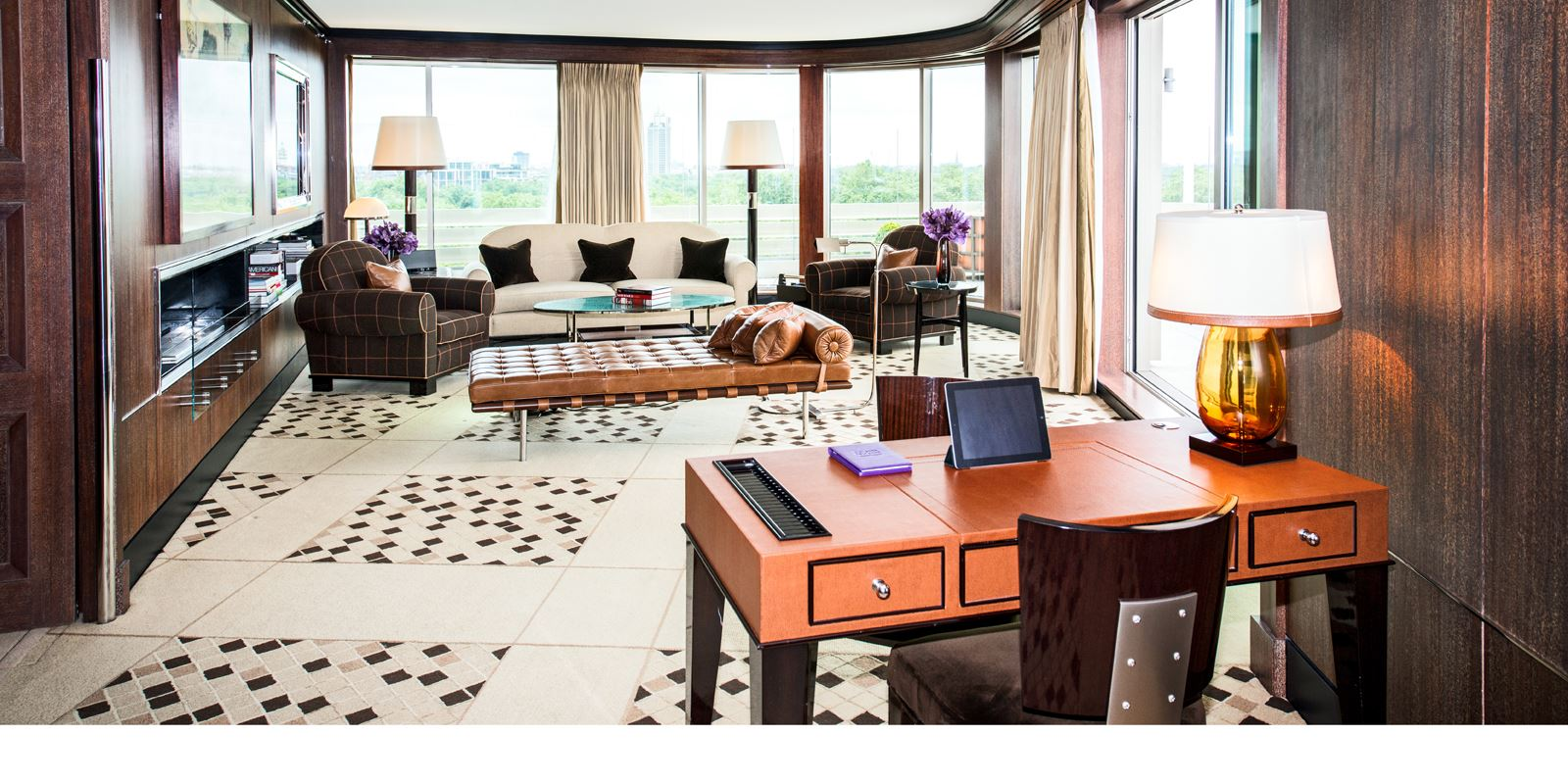45-park-lane--penthouse-suite-living-room-with-desk