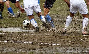 泥濘的足球