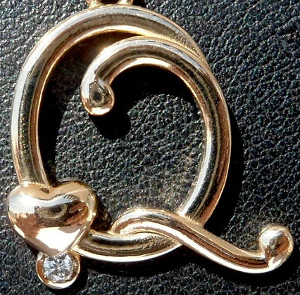 VINTAGE FRENCH 'Q ' THE 90S CHARM PENDANT