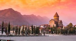 amazing-sunset-view-of-Svetitskhoveli-Cathedral-and-mountains-in-sunset-Mtskheta-Georgia