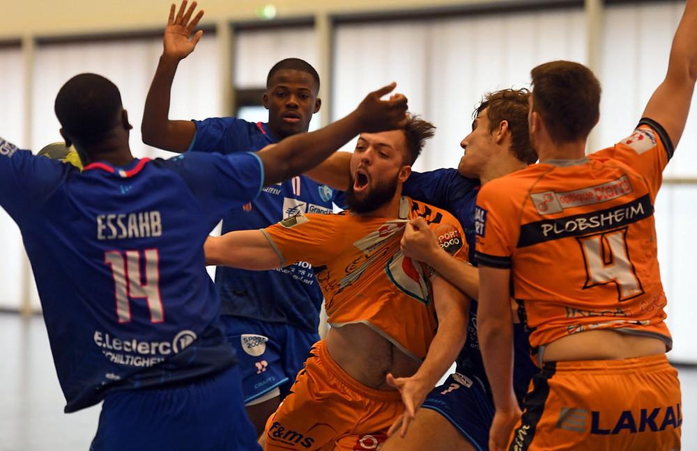Le derby a été accroché entre Plobsheim et la réserve strasbourgeoise, Théophile Kempf (7 buts) et ses coéquipiers ayant dû partager les points face au promu. Photo DNA /Franck DELHOMME