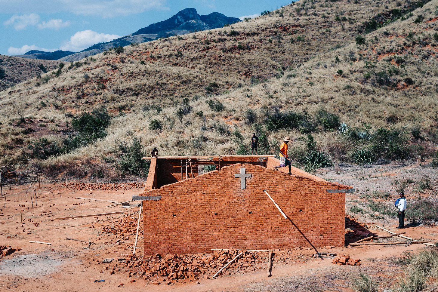 Church construction in Madagascar. The roof is financed from churches in Germany, while the building is constructed by the local church. Photo: David Vogt.