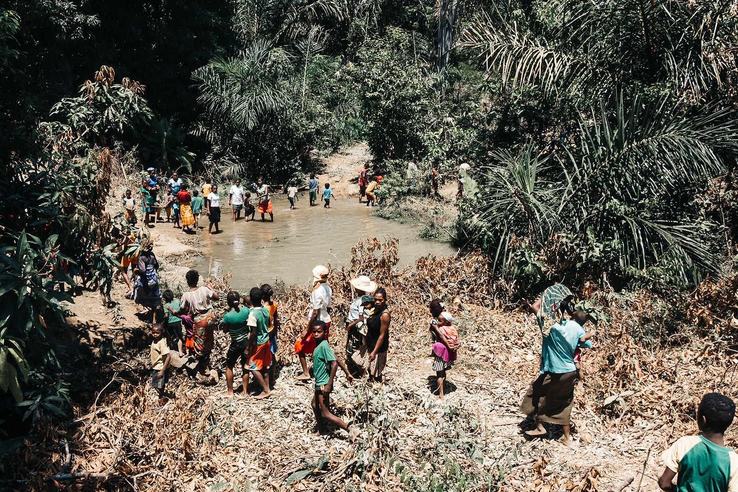 People trekking through river, Madagaskar; Photo: David Vogt