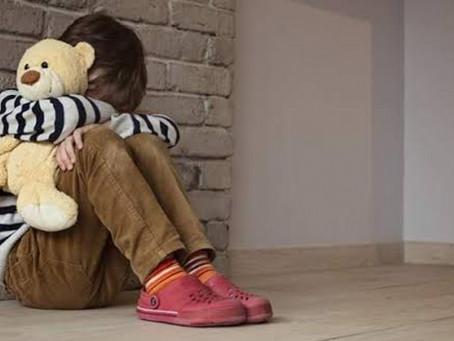 Populares ajudam criança que pedia socorro do 3º andar de prédio em Braço do Norte
