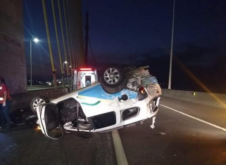 Capotamento deixa três pessoas feridas na Ponte Anita Garibaldi em Laguna