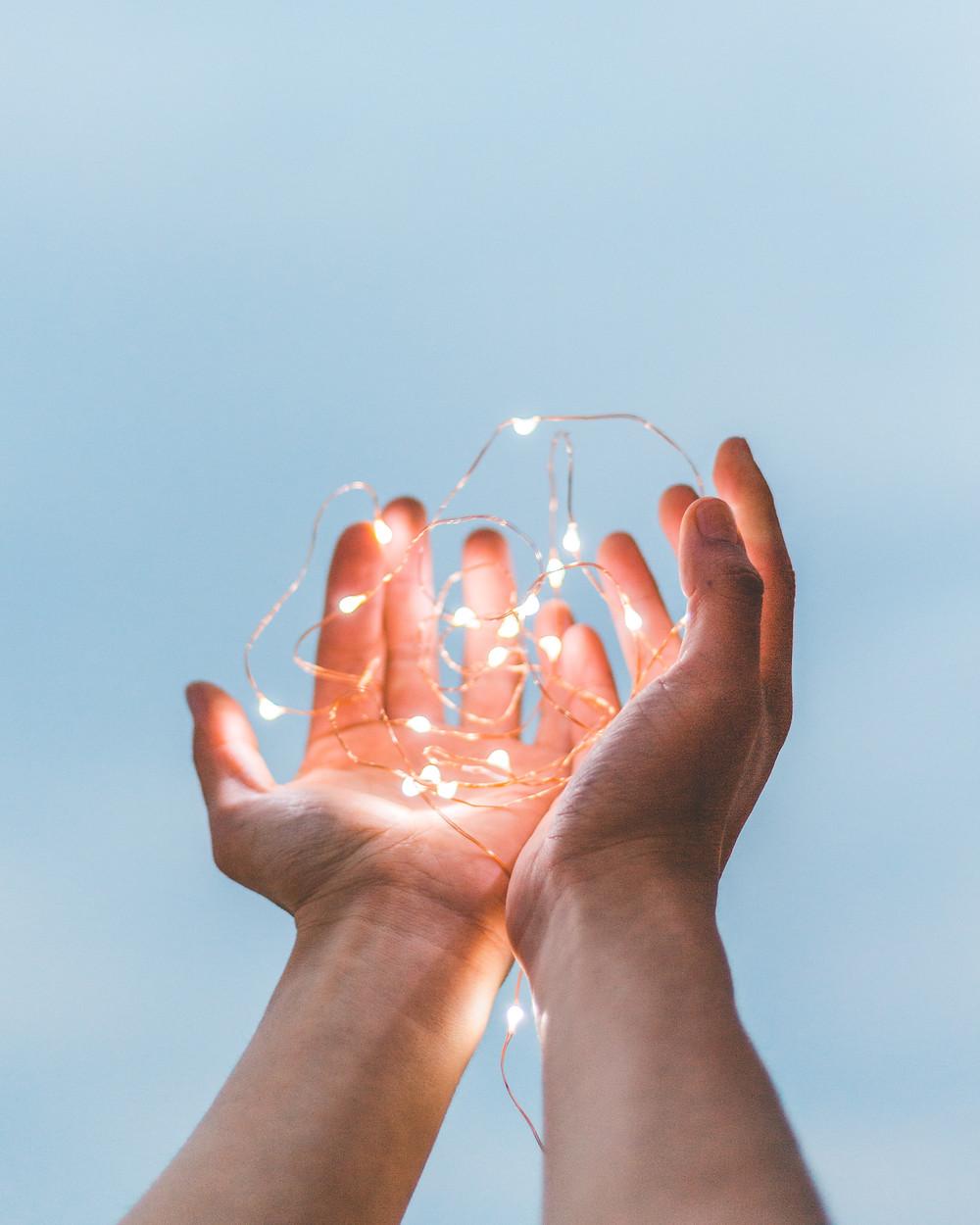 Fil lumineux dans les mains