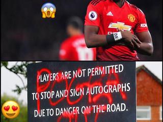 【#英超足球討論區📺】紅魔在卡林頓門外有一個告示牌,原本是為了安全不給球星停車下來簽大名。怎麼知道有球迷「普巴走吧」噴在...........