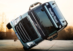 how-volvo-drove-an-fh-truck-on-two-wheel