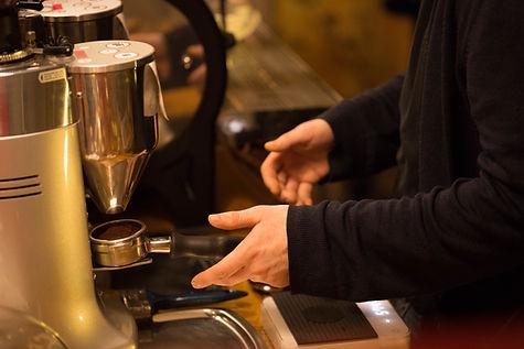 Barista que hace el café