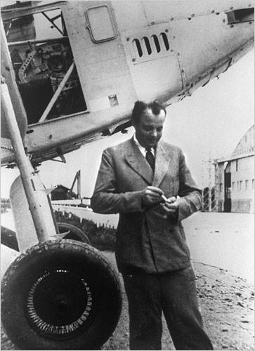 Антуан де Сент-Екзюпері рахує, скільки літаків він вже розбив
