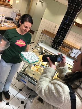 Linda serverar getost på Möllans Ost
