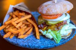 Klassik_Burger_Süßkartoffel_Pommes