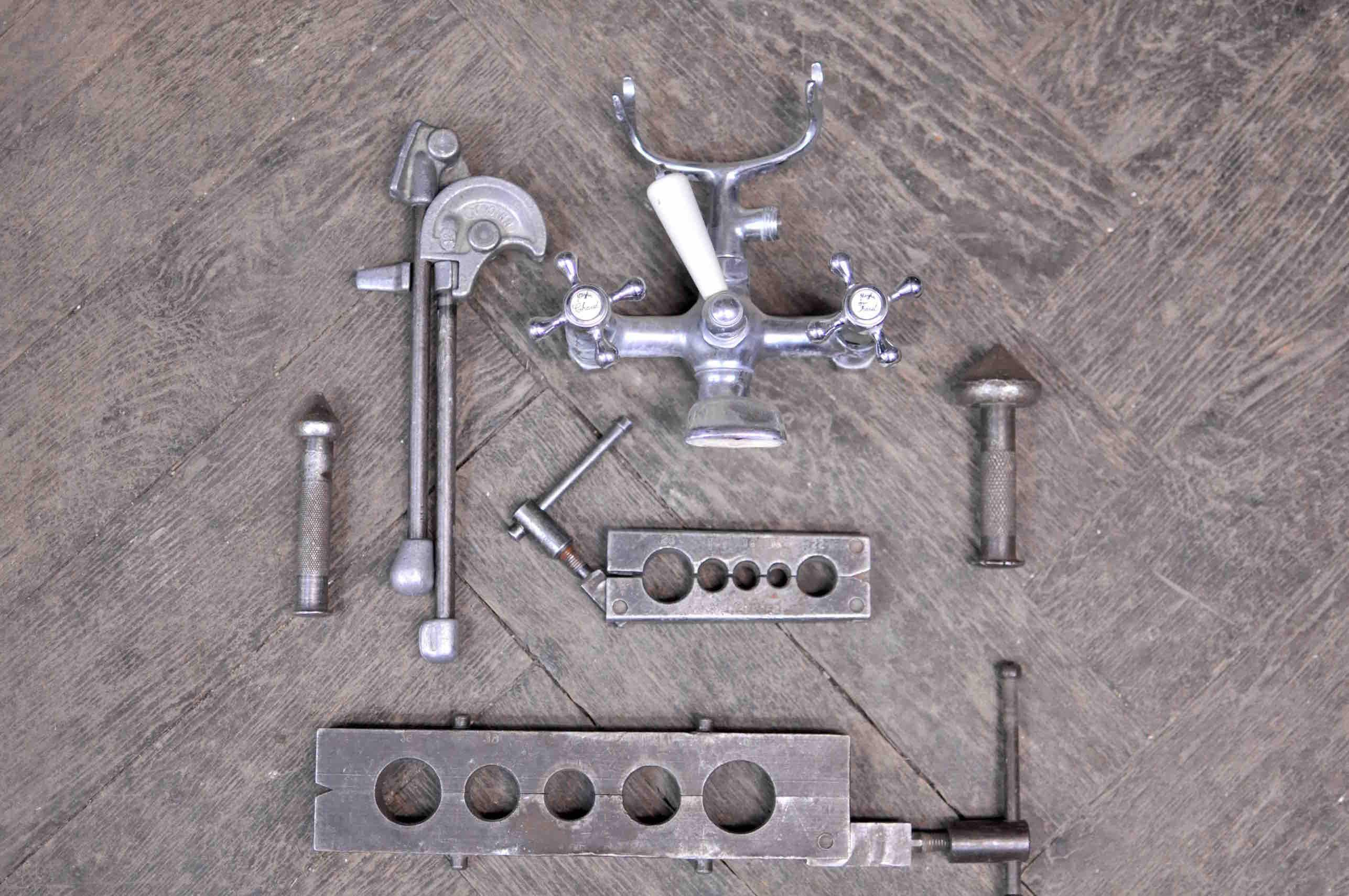 Robinet ancien et outils