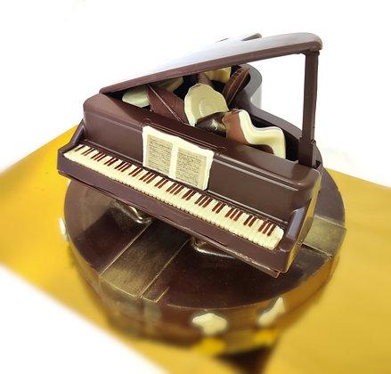 יצירת פסנתר כנף על במה עגולה משוקולד