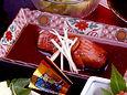 伊豆下田の特産金目鯛は甘く濃い味付け。この煮付けのタレをご飯にかけるともう一杯食べられちゃいます。