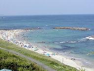 波も穏やかで静かなビーチ。バーベキュー場もあります。
