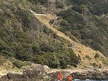 この道は歩くと結構足に来る・・・ 車で下るときはまるでジェットコースターのようと言われるお客様もしばしば・・・