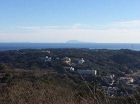 寝姿山へ続く道です。柿崎が見渡せます。柿崎はちょうど聚楽ホテルやビューホテルがあるあたりです。
