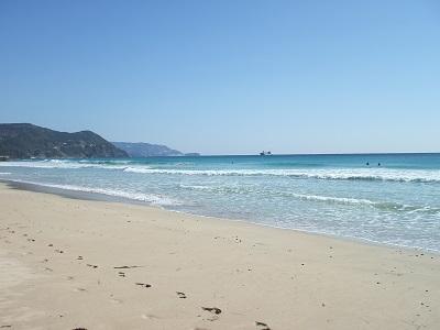 4月の海岸を海洋浴