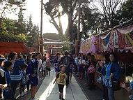 白浜神社境内には出店もあります。子どもたちは、おこずかいを持ってお祭りを楽しみに向かいます。