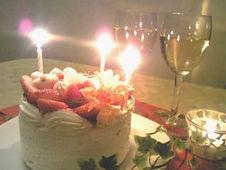 お誕生日や記念日にデコレーションケーキのご注文お受けしております。ケーキはルームサービスにてお部屋にお持ち致します。