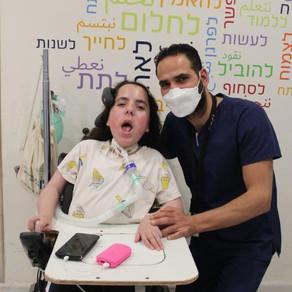 Un padre di due figli (a casa) più otto (al lavoro). La storia di Ahmad Assila.