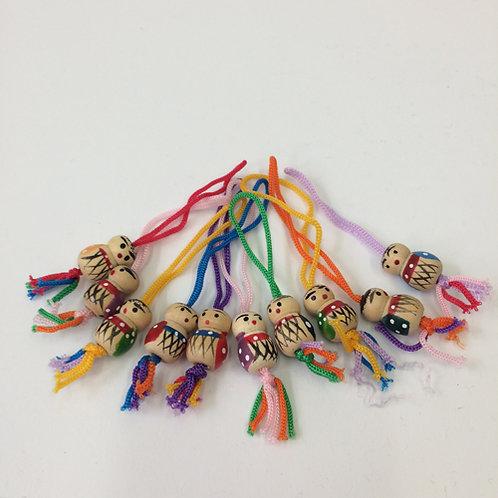 Houten geluks poppetjes aan touwtje