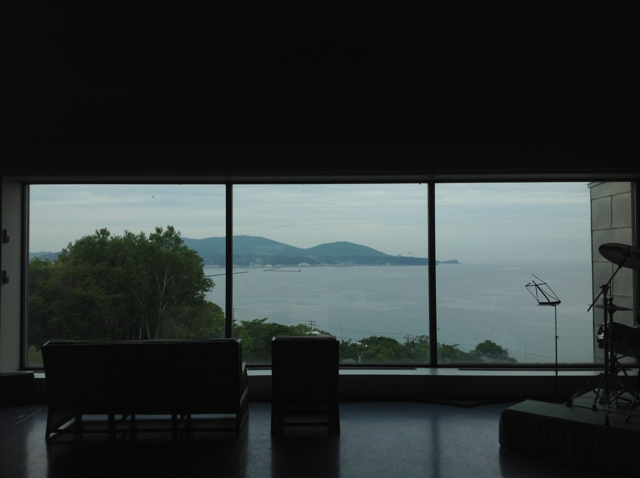 アートヒルズ望海の大ホールから海を望む