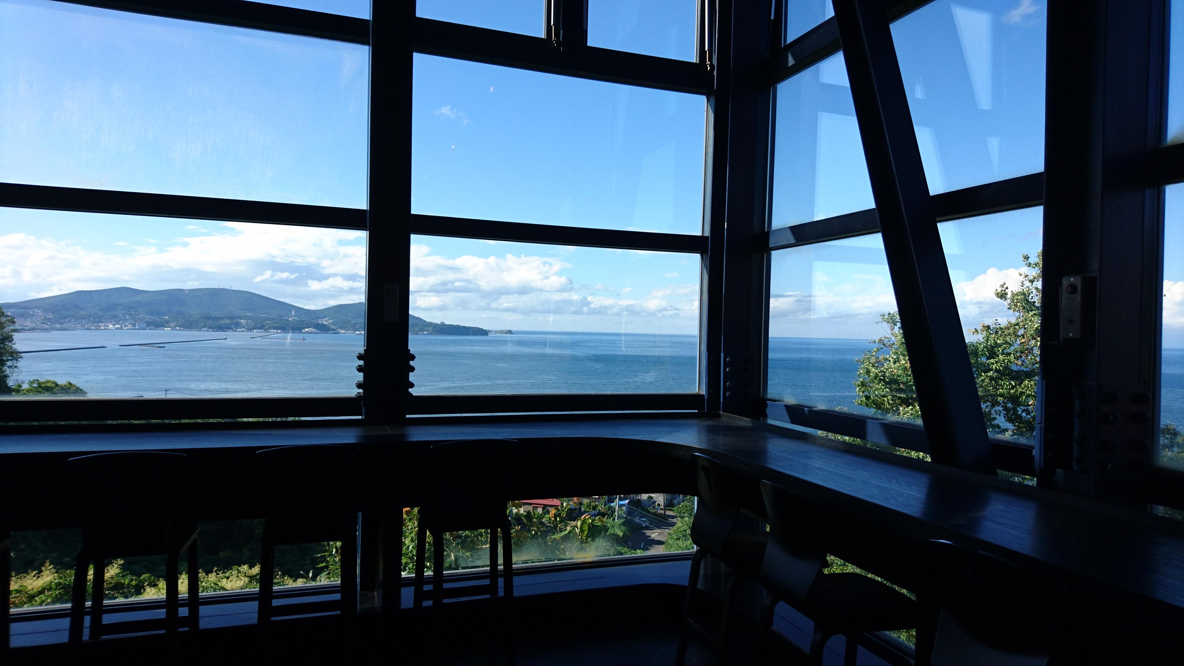 カフェテラスからの小樽湾を眺める