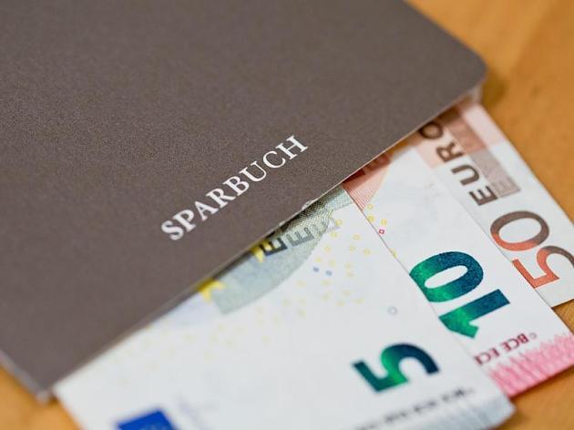 Deutsche Sparer vertrauen am meisten auf klassische Anlageformen wie dem Sparbuch. Von Aktien lassen viele lieber die Finger.