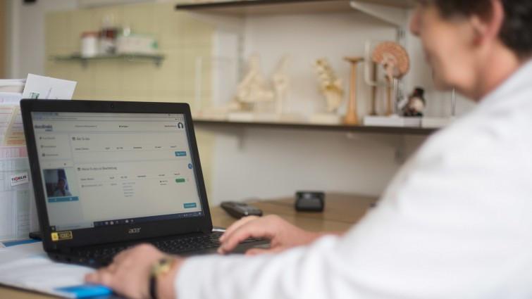 """Eine Ärztin sitzt an dem das Pilotprojekts zur Telemedizin """"DocDirect"""" vor ihrem Laptop und hat das Programm geöffnet. Per Telefon oder Videotelefonie bekommen Patienten in Stuttgart und Tuttlingen medizinische Beratung von niedergelassenen Ärzten."""