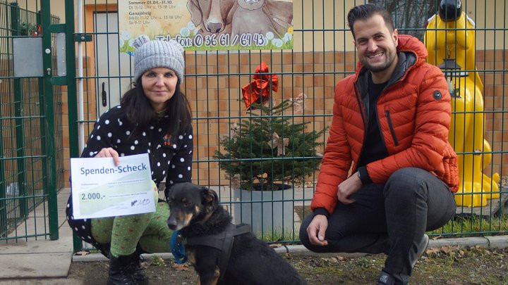 Tierheimleiterin Elke Becker freut sich über die 2000-Euro-Spende von Versicherungsmakler Michael Döring.