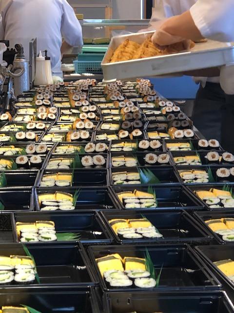 寿司折作業風景