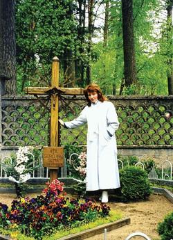 Светлана Левашова у могилы отца