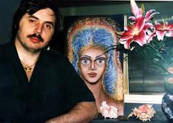 На фоне портрета Иоллойи (Ойи)