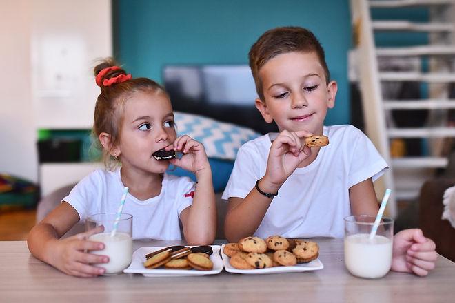 Cute_kidos_eating_twini_sandwich_cookies