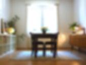 moderner Essbereich mit alten Möbeln