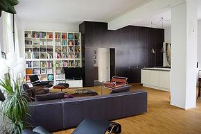 Der Kubus trennt den Eingangsbereich mit Gästebad und Speisekammer vom Wohnbereich ab.
